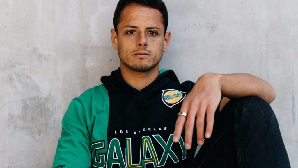 Chicharito Hernández modela la playera retro del Galaxy. Foto: LAGalaxy_Es