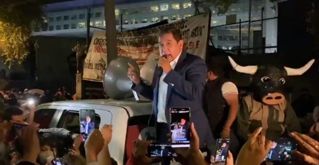 Félix Salgado se une al plantón frente al INE; comisión acudirá al TEPJF