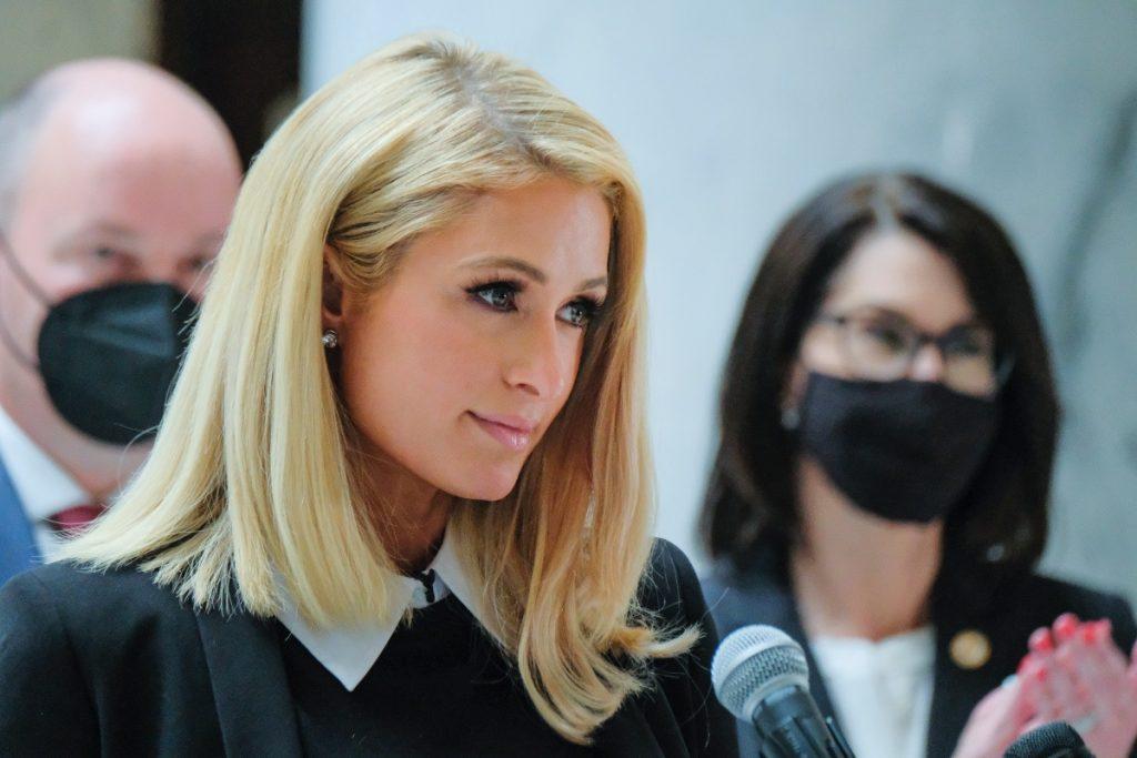 Paris Hilton refrenda su apoyo a ley contra abusos en internados de Utah