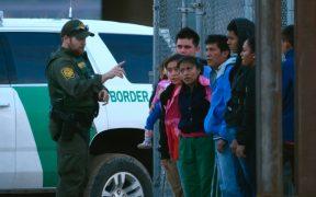 Detienen a 63 migrantes en remolque de camión en Laredo, Texas