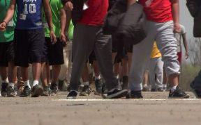 Texas investiga casos de abuso a niños migrantes en albergue instalado por gobierno de Biden