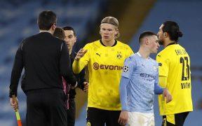 El árbitro asistente se acercó a Haaland al final del partido ante el City. Foto: Reuters