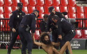 El espontáneo fue detenido por los policías. Foto: Reuters