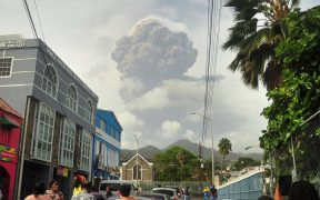 Erupciones del volcán La Soufriere podrían continuar por semanas, advierten expertos