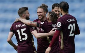 Los jugadores del Leeds celebran con Dallas el triunfo ante el City. Foto: Reuters