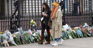Británicos despiden al Príncipe Felipe con salvas de artillería y flores