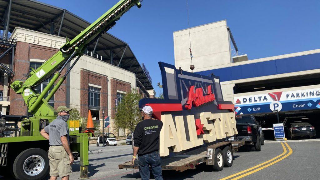 El letrero del Juego de Estrellas se retira del estadio de los Bravos de Atlanta. Foto: @SteveGWSB