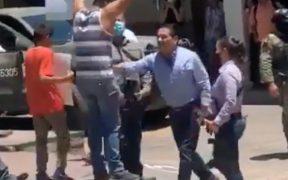 Gobernador de Michoacán empuja a maestro que se manifestaba en Aguililla