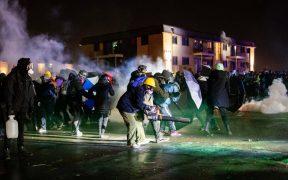 Se enfrentan manifestantes y policías en Minneapolis tras asesinato del afroamericano Daunte Wright