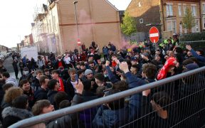 Aficionados se presentaron en Anfield para recibir a los equipos. Foto: Reuters