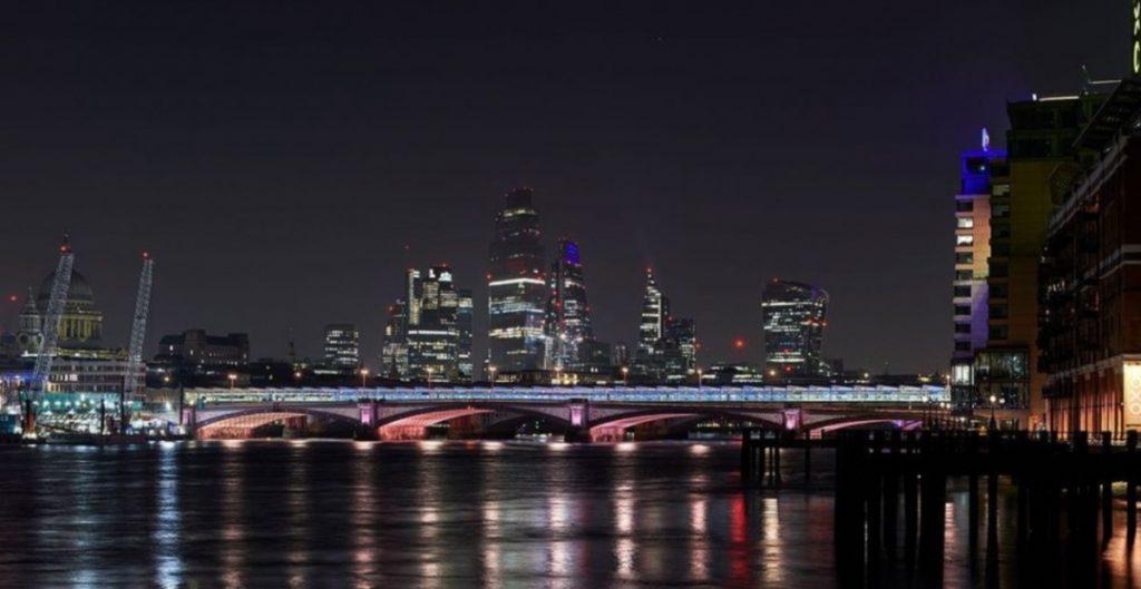 Iluminan los 14 puentes del río Támesis en Londres; usan luces led para la instalación de arte