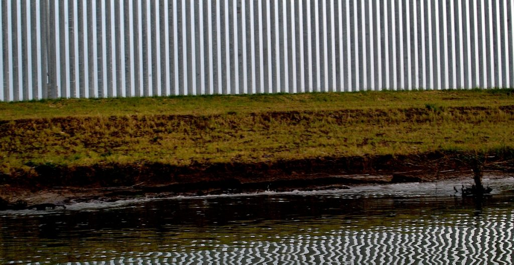 Temen inundaciones funcionarios en Texas por brechas en el muro fronterizo