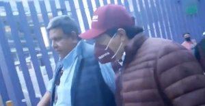 Mario Delgado se esconde en un SaniRent tras ser increpado por simpatizantes de Morena