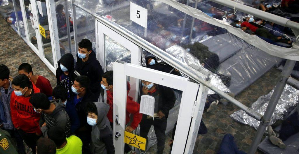 Más de mil migrantes detenidos por ICE están aislados por Covid-19