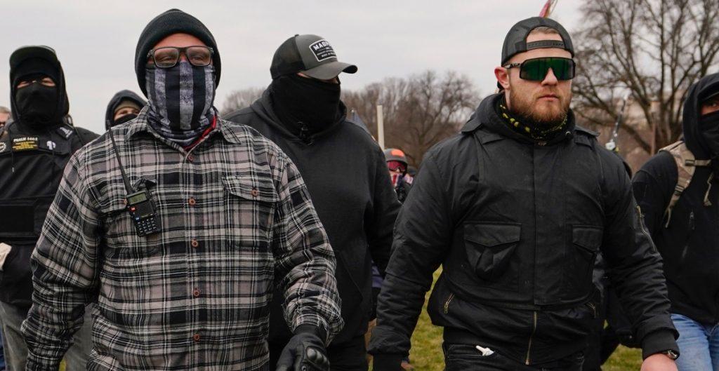 Juez ordena arresto de dos líderes extremistas por asalto a Capitolio