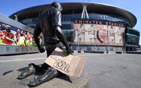 """Aficionados del Arsenal piden en un cartel que les """"devuelvan"""" a su equipo. Foto: EFE"""