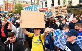 Aficionados del Chelsea protestan afuera de Stamford Bridge. (Foto: EFE).