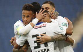 Neymar e Icardi festejan con sus compañeros. (Foto: Reuters).