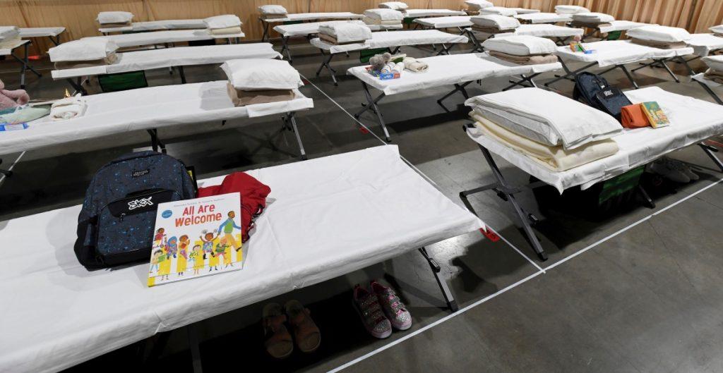 Gobierno de Biden abre albergue para niños migrantes en California