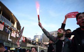 Los aficionados portaron bengalas en su protesta afuera del Emirates Stadium. (Foto: Reuters).