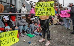 Migrantes pernoctan cerca de la frontera esperando resolución a su solicitud de asilo