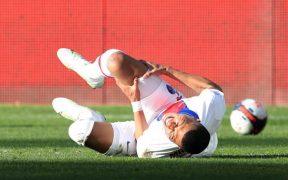 Kylian Mbappé se duele en el partido ante Metz. (Foto: Reuters).