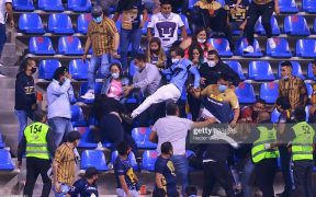 El aficionado de Pumas patea a una mujer en la tribuna del Estadio Cuauhtémoc. (Foto: @PumasELP).