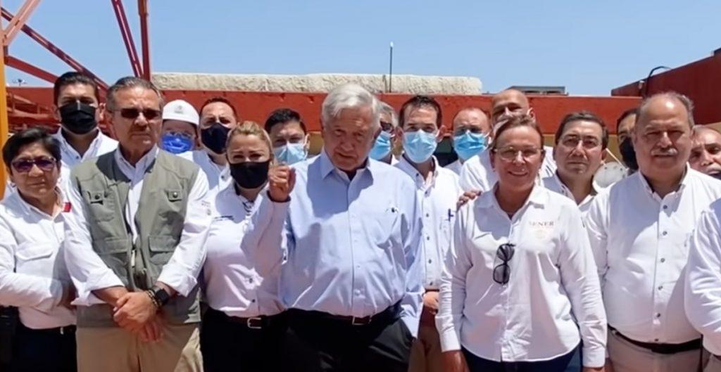 """""""El petróleo no es del Estado ni del gobierno"""", dice AMLO en visita a la refinería de Cadereyta"""