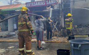 Fuerte incendio en Isla Mujeres consume al menos seis locales