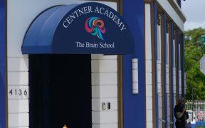 Escuela privada de Miami prohíbe vacunarse contra Covid-19 a maestros