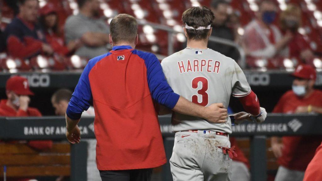 Harper se retiró del partido tras recibir el pelotazo. (Foto: AP).