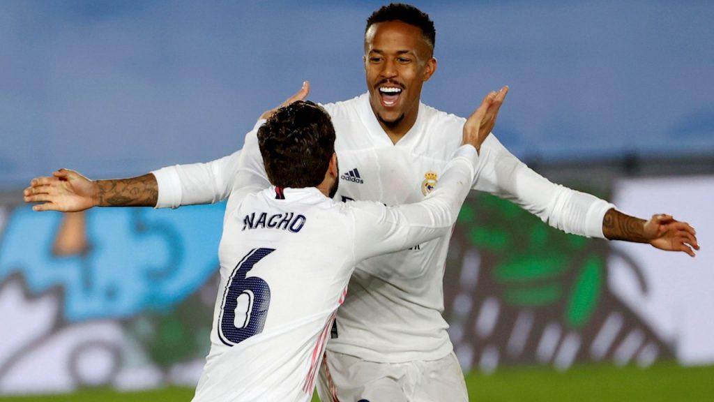 Militao abrió la puerta al triunfo del Real Madrid. Aquí festeja con Nacho. (Foto: EFE).