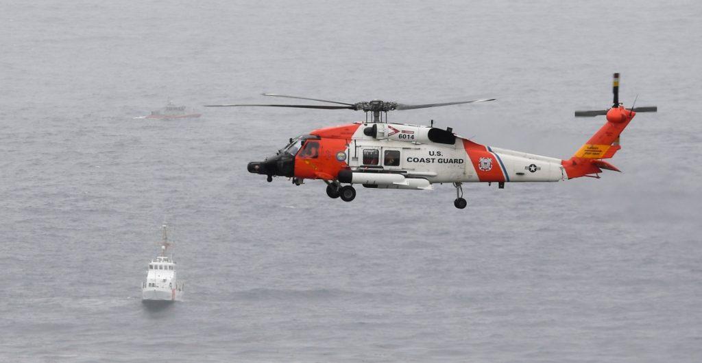 Suman 3 muertos y 27 hospitalizados tras naufragio de bote en costas de San Diego