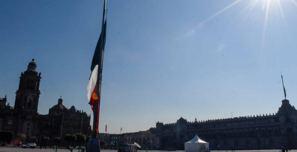 Izan banderas a media asta en la Plaza de la Constitución por las víctimas del colapso de la Línea 12 del Metro