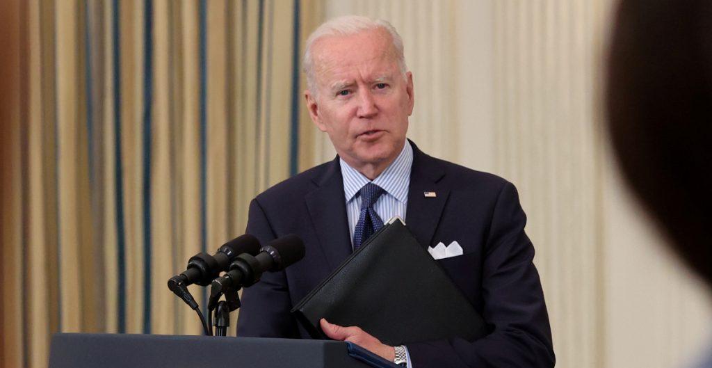 Biden va contra comerciantes de armas que violan la ley para combatir la violencia armada en EU