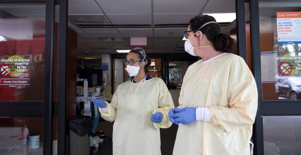 """Los hospitales de América están """"peligrosamente llenos"""", alerta la OPS"""