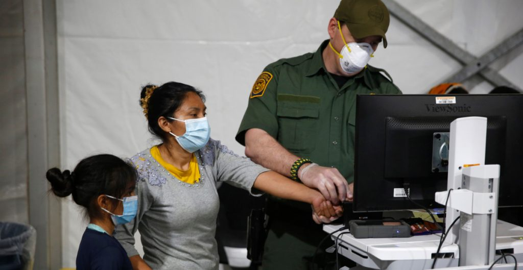 EU desecha plan de Trump para obtener más datos biométricos de migrantes