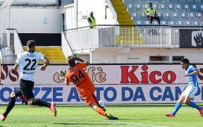 Con un toque preciso, Lozano marcó el 1-4 del Napoli. (Foto: EFE).