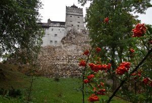 Cambian estaca en el corazón por pinchazo; en el castillo de Drácula vacunan contra la Covid-19