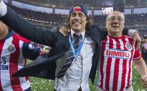 Matías Almeyda celebra junto a su padre tras ser campeón con Chivas. (Foto: Mexsport).