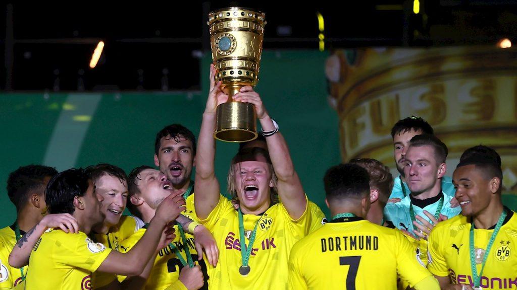 Haaland levanta la Copa de Alemania. (Foto: EFE).