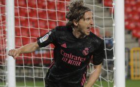 Luka Modric celebra el primer gol del Real Madrid ante Granada. (Foto: Reuters).