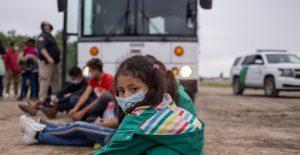 EU investiga reportes de niños migrantes retenidos en autobuses