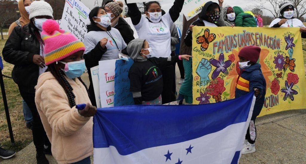 Demandan a empresa que opera centro de detención por rociar químicos a migrantes
