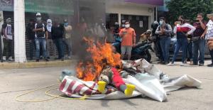 Normalistas de Ayotzinapa protestan frente a casa de campaña de Evelyn Salgado