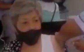 Enfermera simuló inyectar vacuna contra la Covid-19 a adulto mayor en Puebla; es suspendida de su cargo