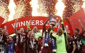 Los jugadores del Leicester levantan el trofeo de la FA Cup tras vencer al Chelsea. (Foto: Reuters).