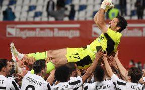 Buffon es felicitado por sus compañeros. (Foto: Reuters).