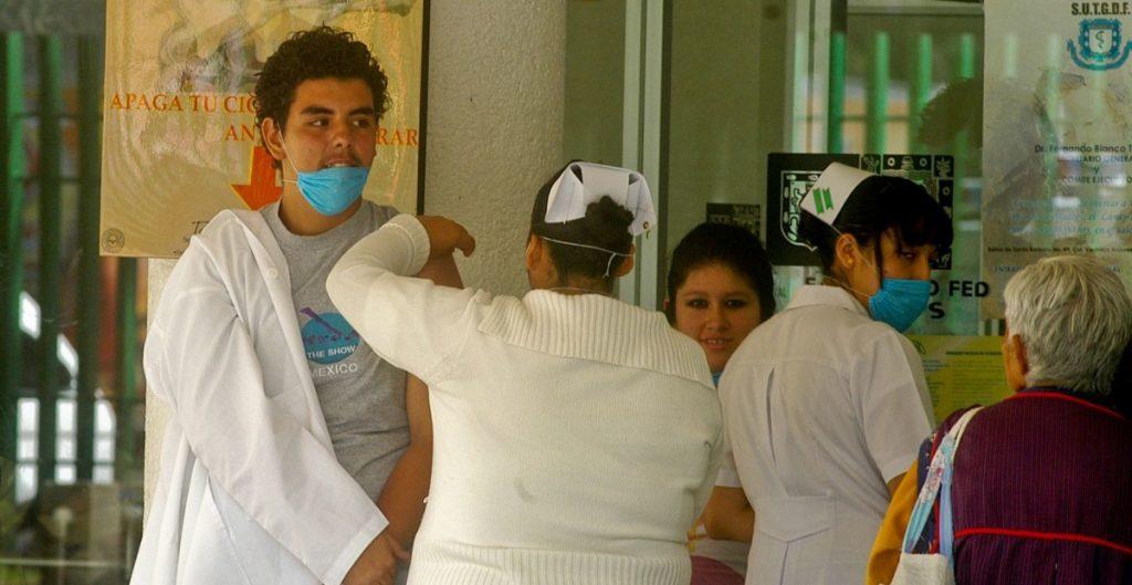 Asociación de médicos se opone a que vacunen al personal del Canal Once antes que al de salud