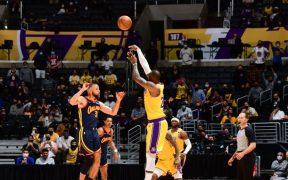El triple de LeBron James le dio el triunfo a Lakers sobre Warriors. (Foto: @NBA).